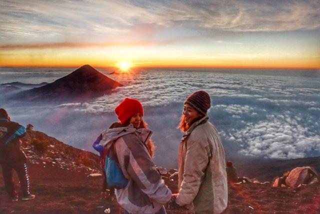 危地马拉值得去的火山,富埃戈火山和阿卡特南戈火山