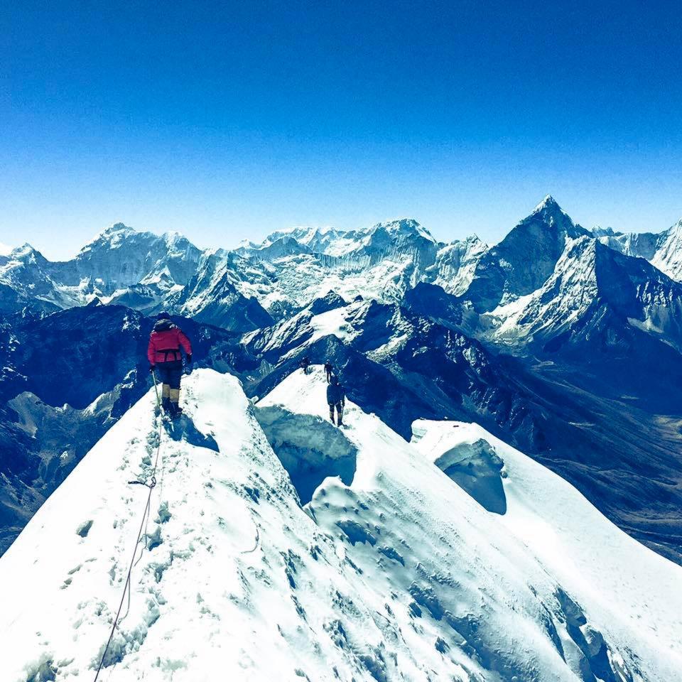 登珠峰的代价,夏尔巴向导占死亡人数的36%,背装备赚5千美元