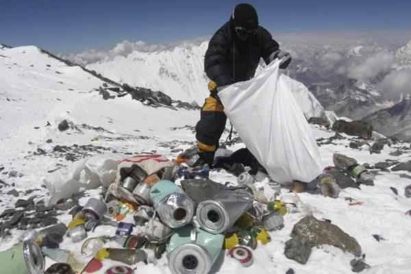 珠峰上的垃圾太多,有人准备把垃圾做成纪念品卖给游客