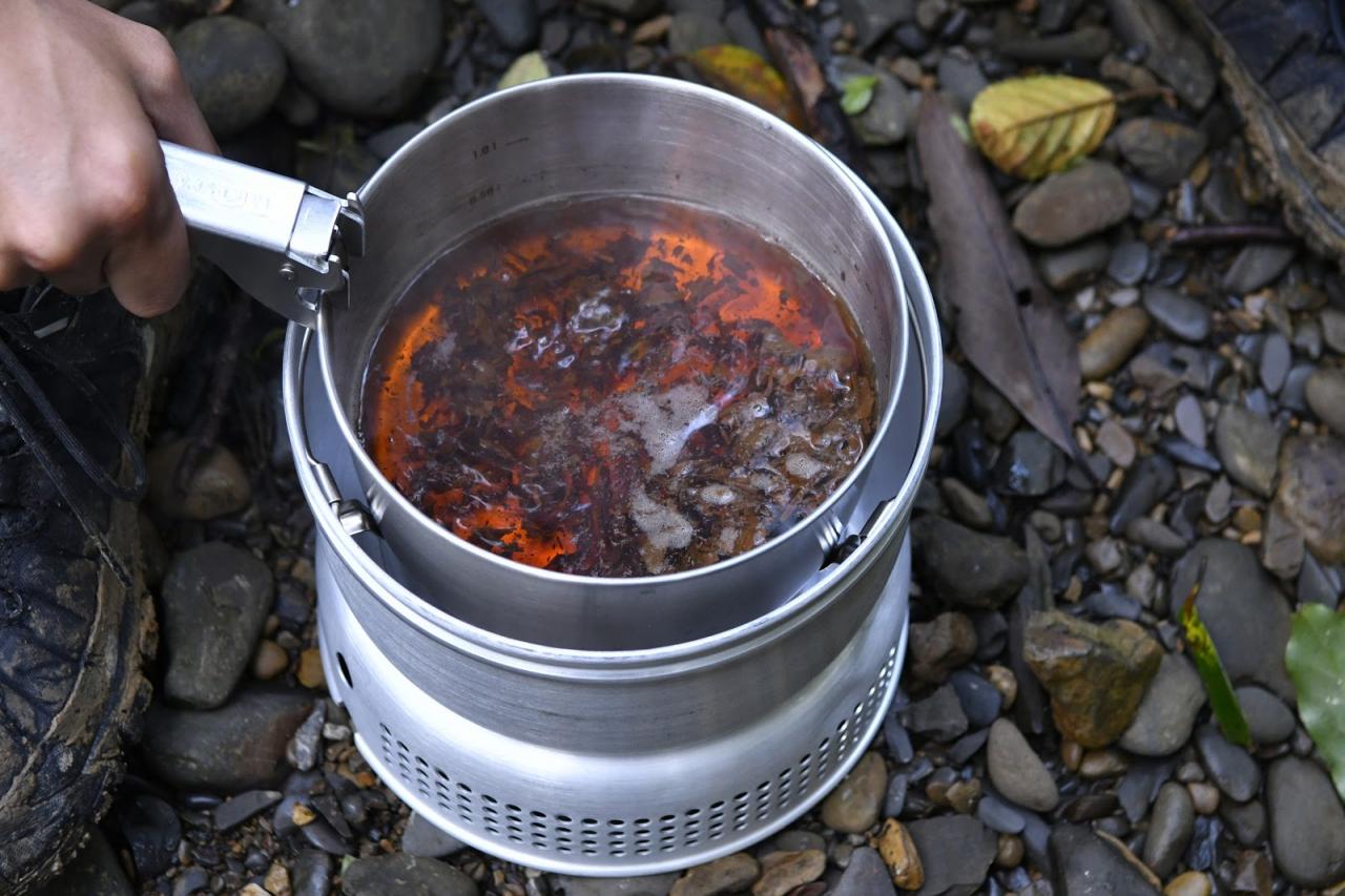 看驴友新买的酒精炉分享体验,野外温酒煮茶吃大餐香的很